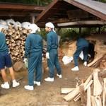 湯ノ岳山荘にある炭焼き窯を使って炭焼き体験を行っています